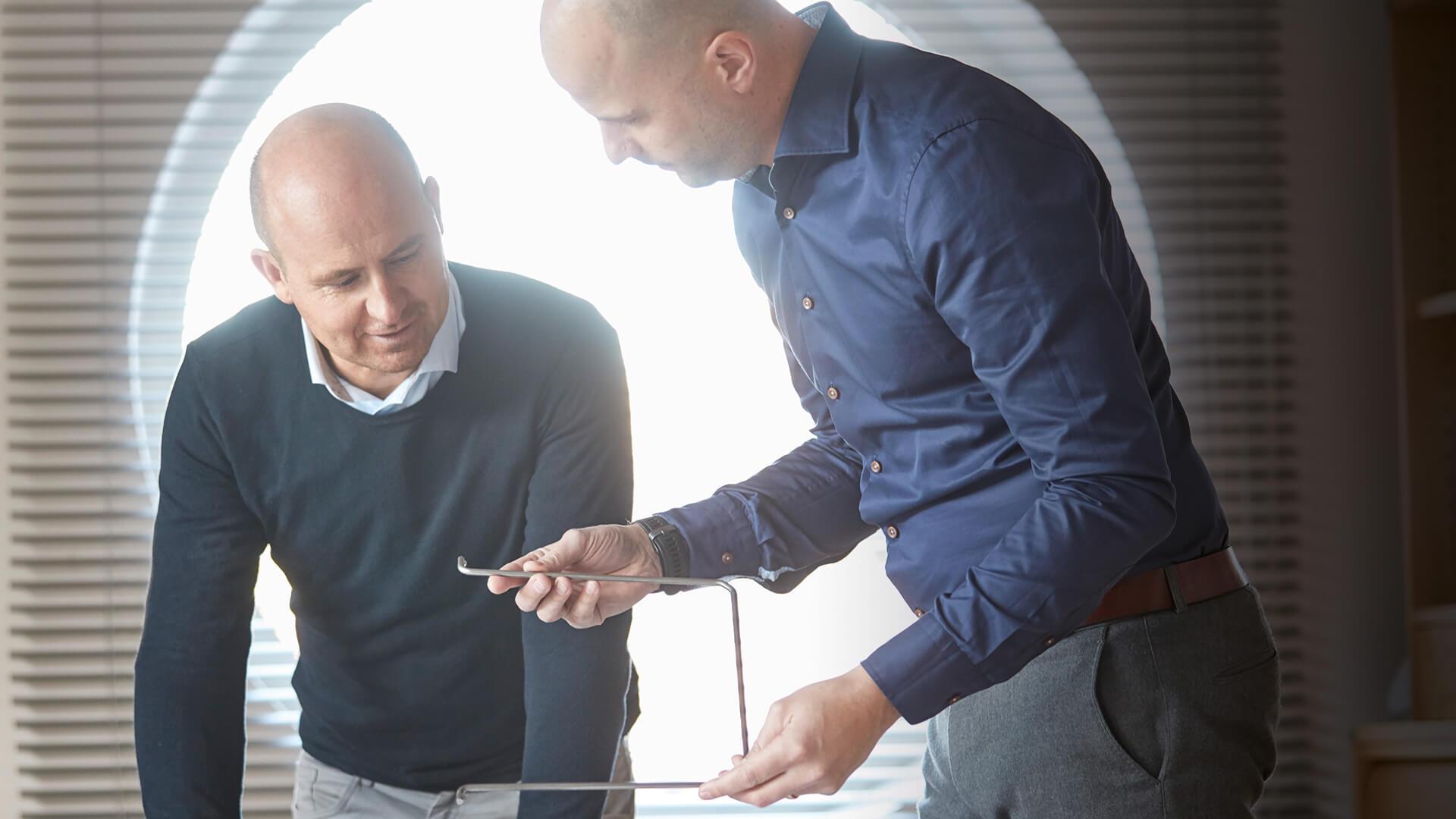 Martin och Erik undersöker tråddetalj