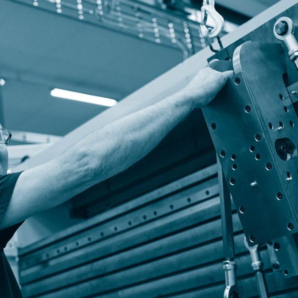Maskin redo för plåtbearbetning